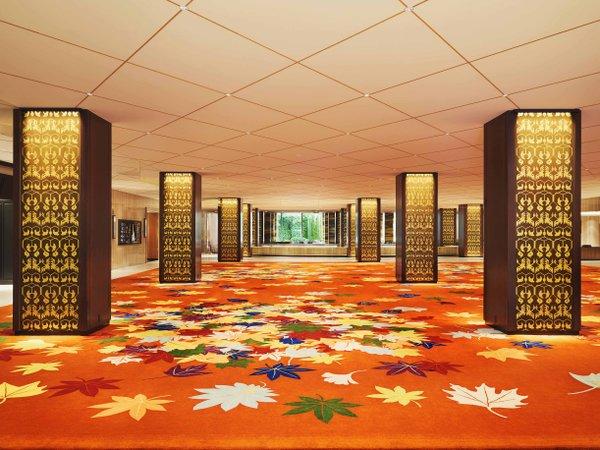 【ロビー】開業時の大緞通「万葉の錦」を現代的にリデザイン。 伝統と革新のおもてなしを玄関から.