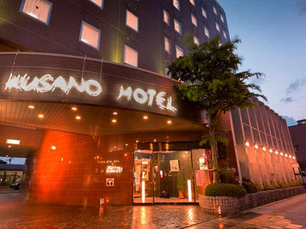 昼は赤いレンガ地が目立つ当ホテル。夜になると明かりが壁を照らして雰囲気が変わります