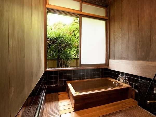 全てのお部屋の内湯が源泉掛け流し。浴槽の材質は木、石、タイルのいずれかとなります。