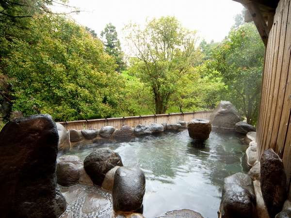 貸切露天風呂。小鳥のさえずりを聞きながら、のんびり湯に浸かれるのも奥湯河原ならではです。