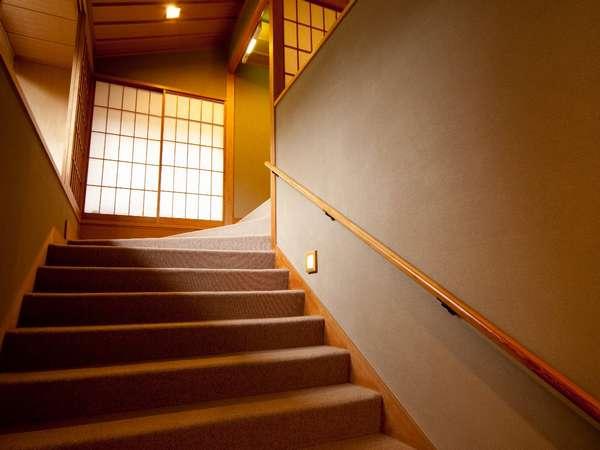 露天風呂付近の階段。館内階段には手すりがついております。