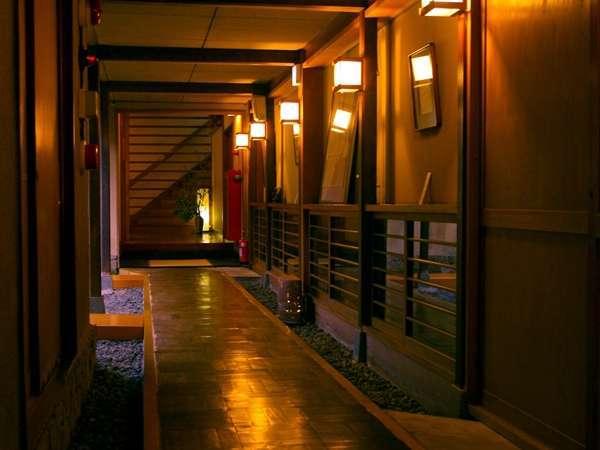 玄関から客室につづく廊下には文人墨客の色紙などが展示されています。