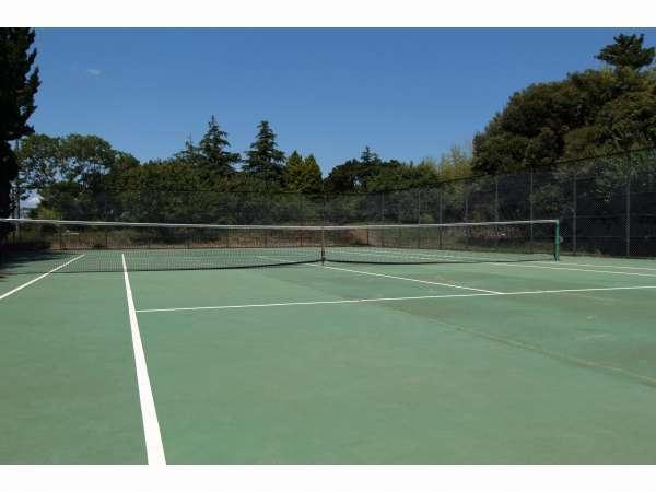 歩いてすぐ敷地内に2面あるテニスコート。ご家族からテニスチームまでどなたでもご利用いただけます。