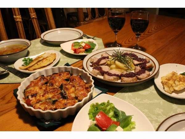 当宿自慢の一つでもある夕食料理!大皿料理を取り分けてお楽しみください。