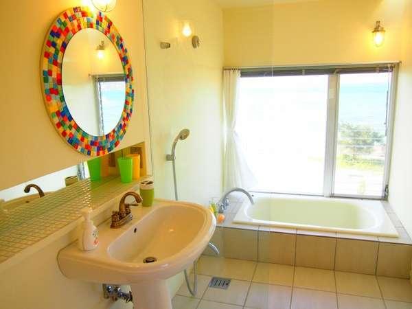 ベイメゾネットルームのバスルームからは海も一望!