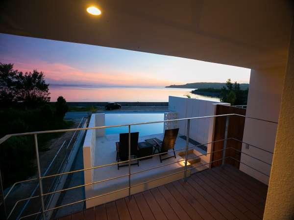 幻想的な朝焼けを望むプールからの風景!