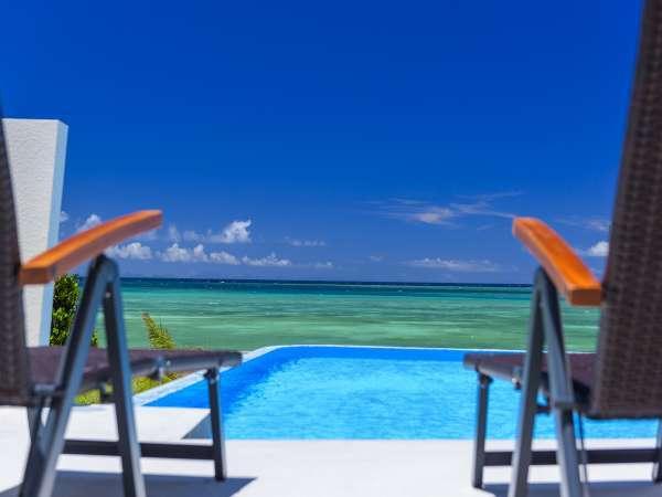 プールサイドテラスにて絶景の海の景色を満喫