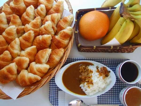 ご朝食は元気が湧き出る手作りカレー&焼き立てクロワッサン♪