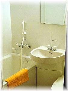 シングルルームのユニットバス。連泊のお客様には便利な洗濯ロープも備え付けております。