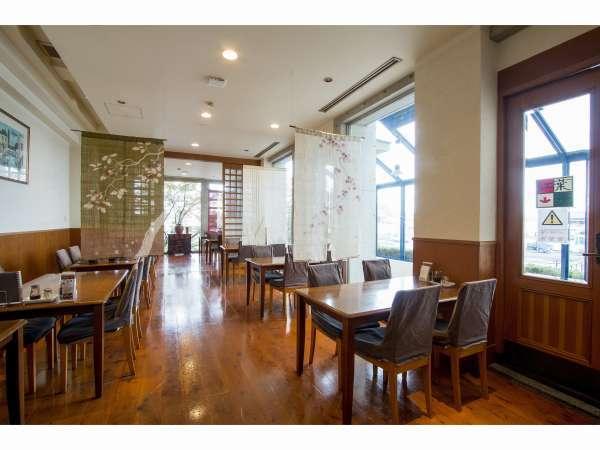 ホテル2階「紅葉亭」地元の旬の食材をご賞味下さい。朝食・夕食はこちらの椅子席でご用意いたします。