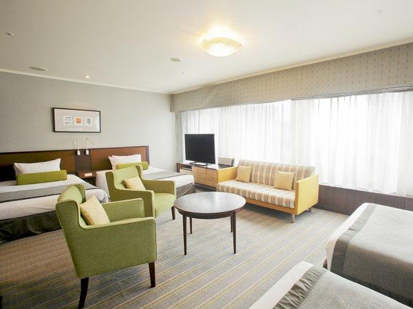 ラグジュリーフォース ベッド4台と、2室のバスルーム
