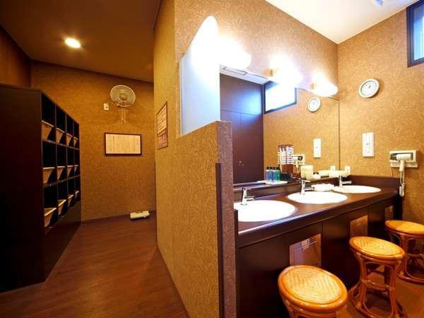 【大浴場 脱衣場】綿棒、シェービングローション、カミソリなどを備え付けております。