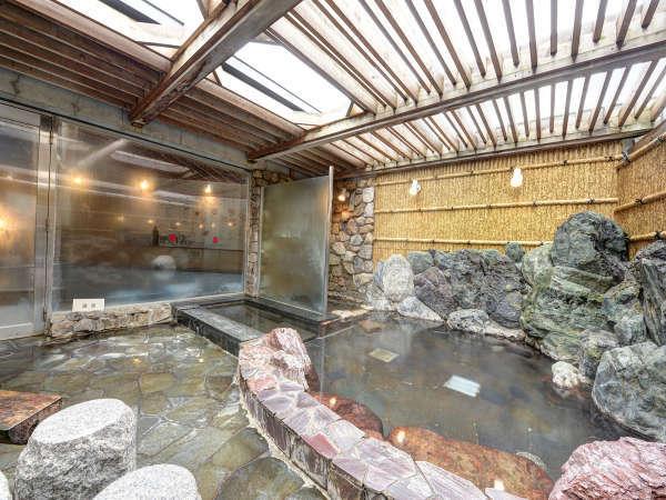 【*龍馬の湯】男湯。石造りの露天風呂。空を眺めながら寝湯を楽しめます。
