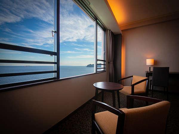 窓際の椅子に座って、目の前に広がる相模灘の絶景を独り占めできます