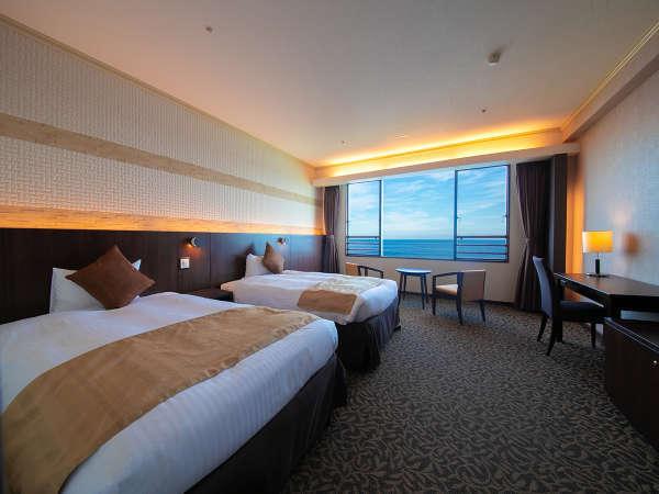 【ロイヤルルーム】約40㎡のモダンな客室からは、広大な相模灘の絶景をお楽しみいただけます