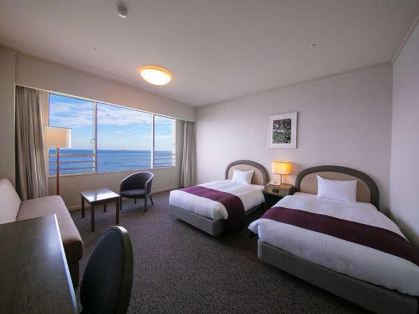 全室オーシャンビューのお部屋から望む相模灘の絶景を眺めながら、ゆったりとしたホテルライフを