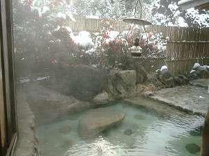 雪とさざんかの貸切露天風呂「美肌の湯」