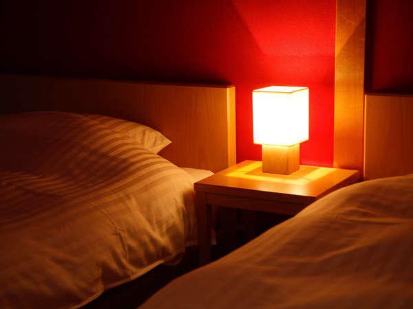 【ジュニアスイート/寝室】金沢伝統の落ち着いた朱塗壁の客室(3室/5室中)