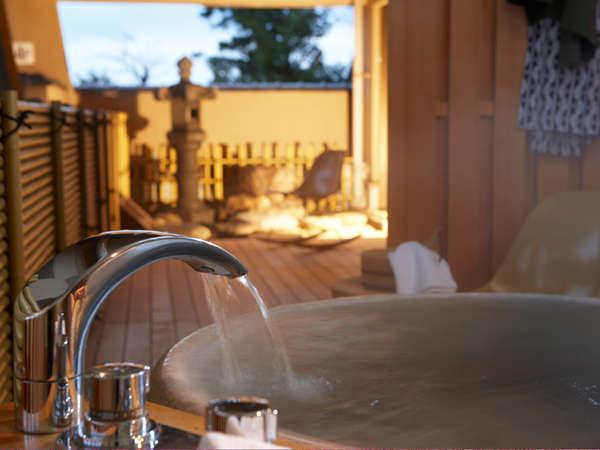【特別室】スウィートの露天風呂。お好きな時にお好きなだけゆっくりとお寛ぎ下さい。
