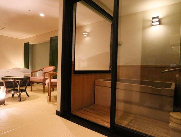 【花心楼:碧】個室の温泉半露天風呂はロールスクリーン付き。