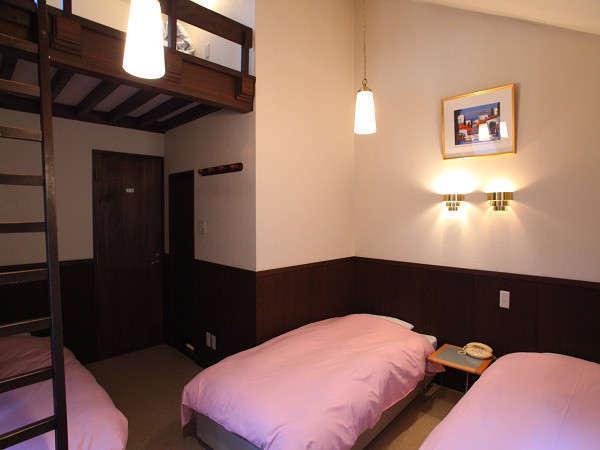 ロフト付き洋室ベットが3台とロフトの上でお二人までトイレ洗面つき