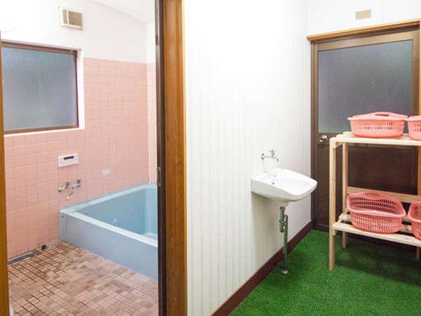男性用浴室と女性用浴室がございます