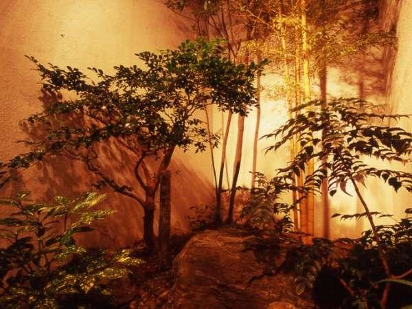 坪庭。心和む、館内の「和」のスペース