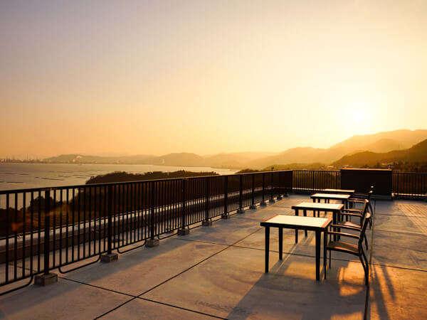 【オーシャンテラス・夕】大パノラマのテラスで絶景サンセットがお楽しみ頂けます。
