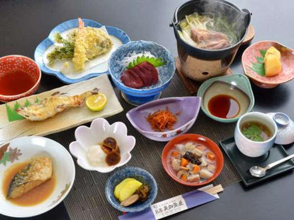 *夕食一例/会津名物の桜刺しや地元で採れる山菜・きのこを使った郷土料理。
