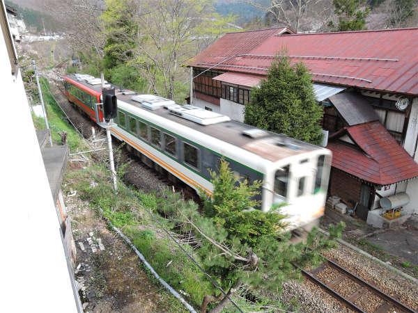 *客室からの眺め/のどかな湯野上温泉街を駆け抜ける電車を間近で堪能!