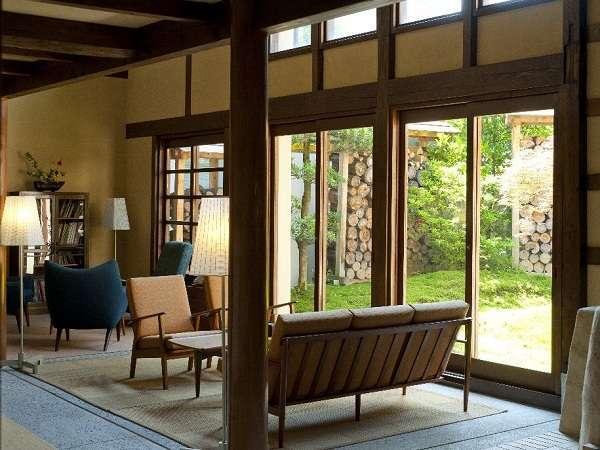 源助茶屋の前室。モダンな空間で寛げます。