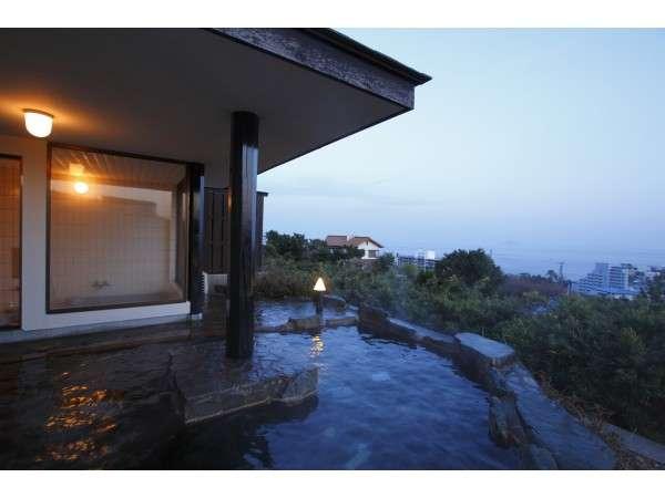 広大な海と港町の小さな夜景を眺める露天風呂は貸切りOK