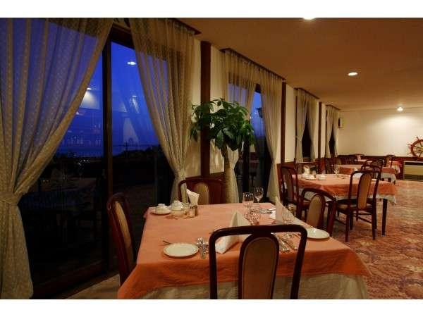 高台より海を望むレストランで気取らないフレンチディナー