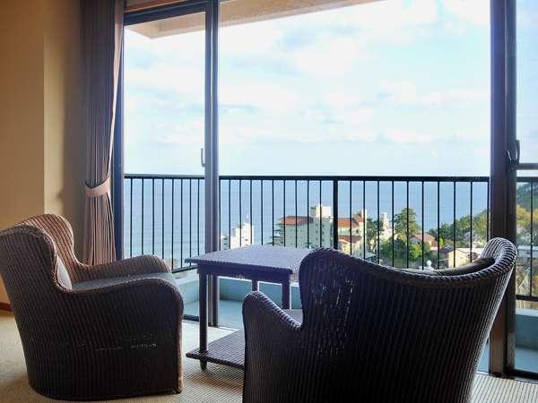 【お部屋からの眺め】客室はオーシャンビュー!窓辺に座ると街並みの先に海を見渡せます。
