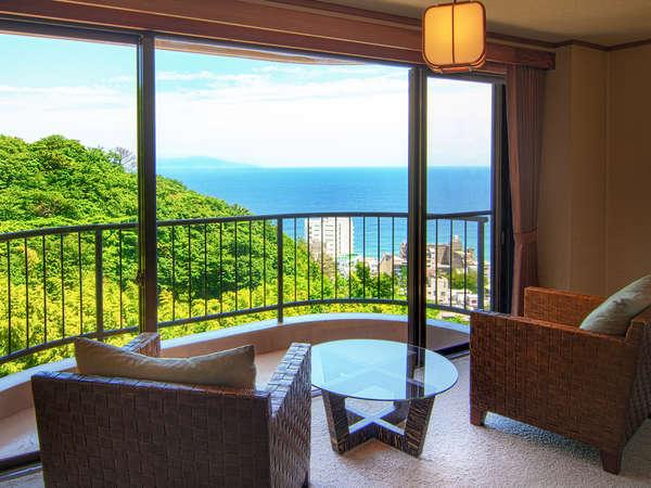 ■お部屋からの眺め「客室はオーシャンビュー!窓辺に座ると街並みの先に海を見渡せます。」