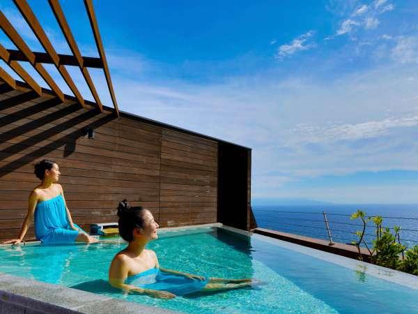 空と海との一体感が味わえる屋上天空露天風呂。宙に浮いているような浮遊感できっと心も自由に。