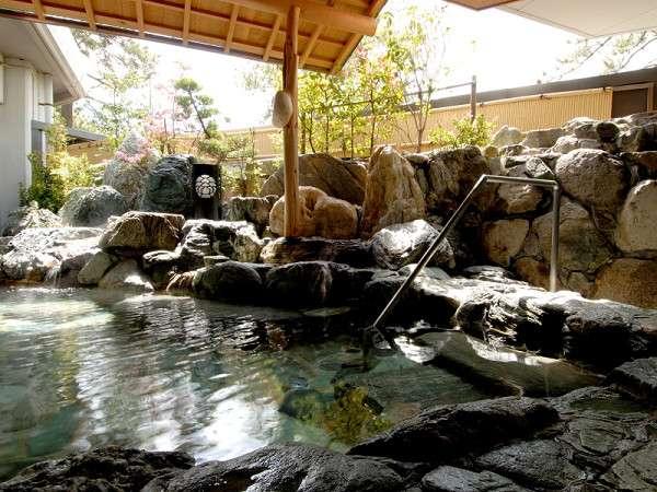 【男性露天風呂】 泉質はラドン泉。毎月末日にメンテナンスの為、翌日の朝風呂は休業