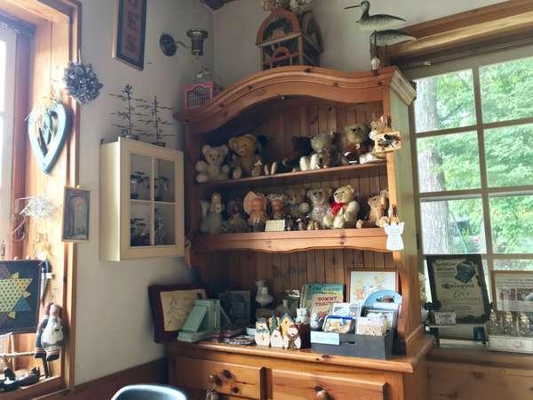 食堂の飾り棚にある雑貨は購入できるものも
