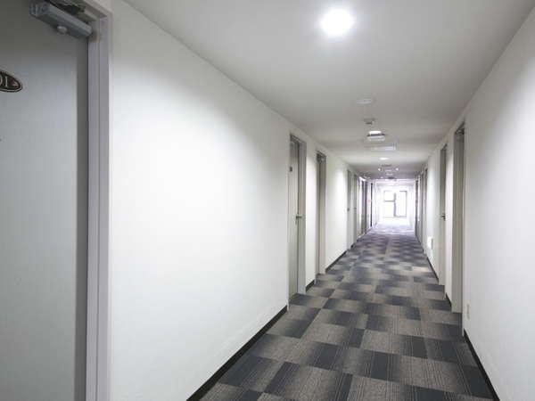 落ち着いた雰囲気の客室廊下。