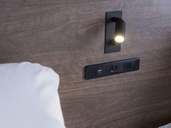 リニューアルしたツインルームには読書灯とUSB差込口・コンセントがベッドサイドに設置されています♪