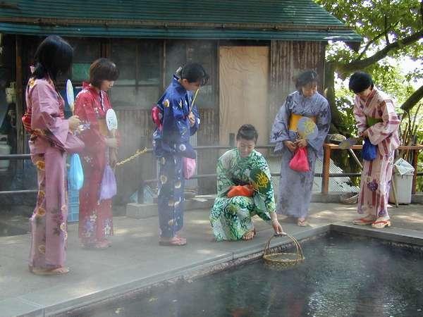 ☆源泉が沸く麻釜へは歩いてすぐ。周辺のお土産店では温泉でゆでたとうもろこしや温泉卵なども