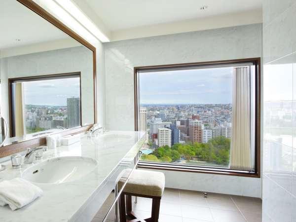 開放感があり、景色も楽しめるプレミアルームのバスルーム・洗面台