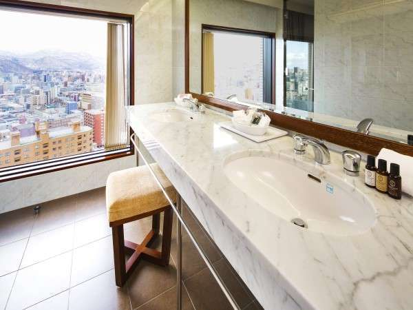 プレミアルームのバスルーム・洗面台からは市街の眺望が広がります(イメージ)