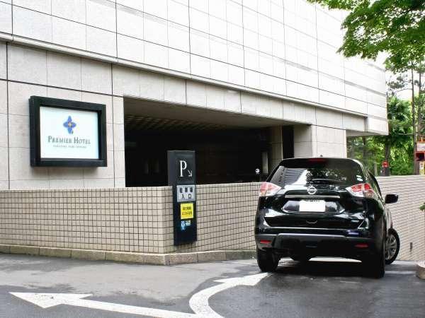 正面玄関前には、地下駐車場の入り口がございます