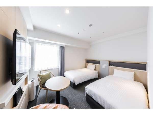 ツインルーム 広さ20㎡ サータ社100cm幅ダブルベッド2台を採用しております。