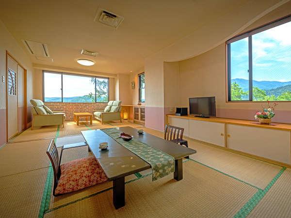 【禁煙・さゆり亭】和室14畳 窓の外にのどかな山里の風景が広がります