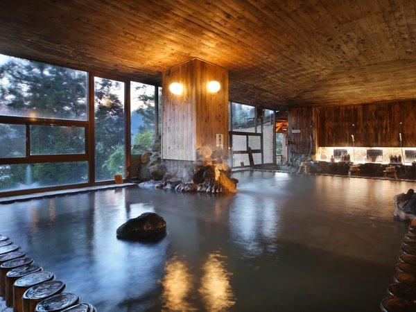 【大浴場「押切川」】 神の山・飯豊山の原生林をイメージした趣溢れる檜風呂です。