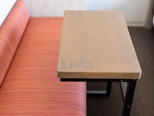 客室の机は宮崎県諸塚村の木材を使用しております。