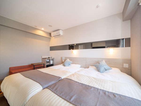 ツインルーム。140cm幅のベッドが2台のお部屋で、ゆったりとお休み頂けます。