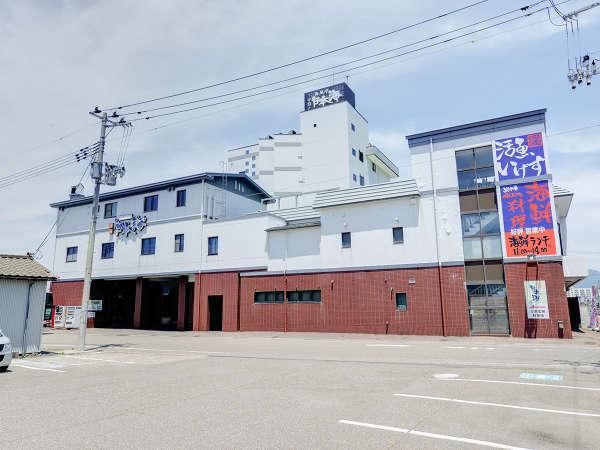 *【外観】寺泊駅から車で15分、日本海の目の前にある料理自慢の旅館です。